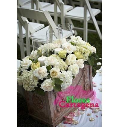 Adorno floral con velas y rosas