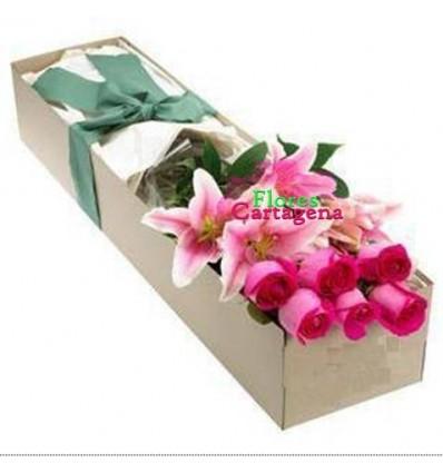 Caja con rosas y lirios